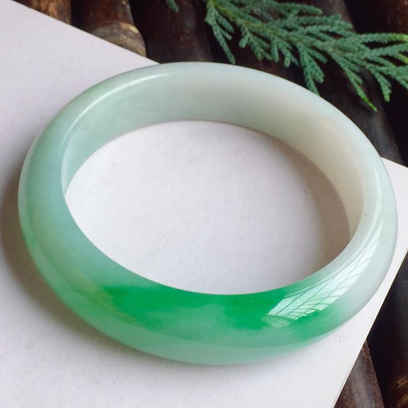 正圈52mm,细糯正阳绿手镯,底子细腻,青翠碧绿