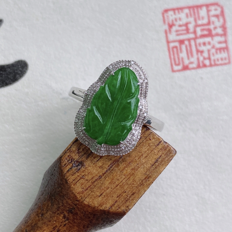 天然翡翠A货镶嵌18k金伴钻事业有成戒指,内径尺寸:17.8mm,含金尺寸:17.2*11.5*6.
