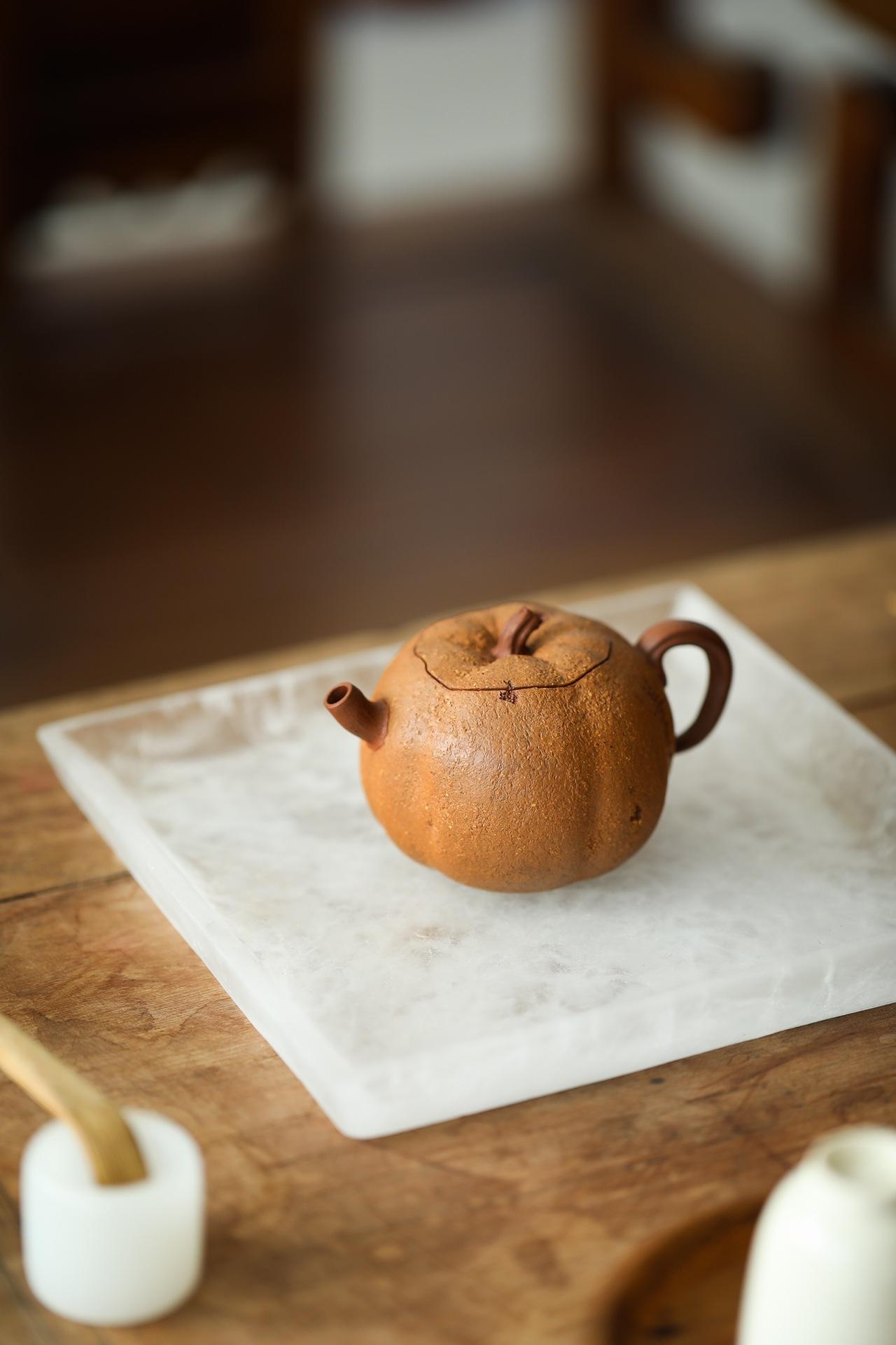 紫砂壶仿生器『善果』 你泥料:原矿紫泥粉老段泥,容量:135cc·7孔  此壶由芦建芬老师全手工制