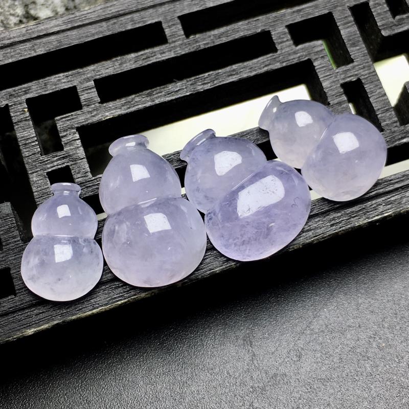 紫罗兰葫芦吊坠,饱满圆润,底子细腻,色泽漂亮,透光可见冰丝结构。入口小、肚量大,广吸四方金银财宝,可