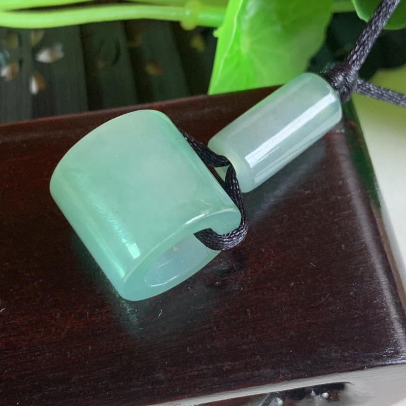天然翡翠A货-水润路路通吊坠_种好,玉质细腻,水头饱满,形体漂亮,水润精致,上身效果极佳,尺寸15.