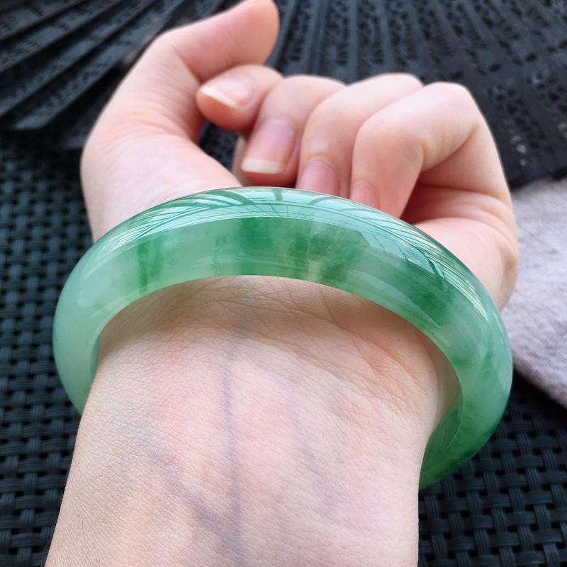 【自然光实拍】正圈飘绿花秀气翡翠手镯,完美无纹裂。圆润靓丽,亮丽秀气,意境动人,时尚大方,收藏送礼首