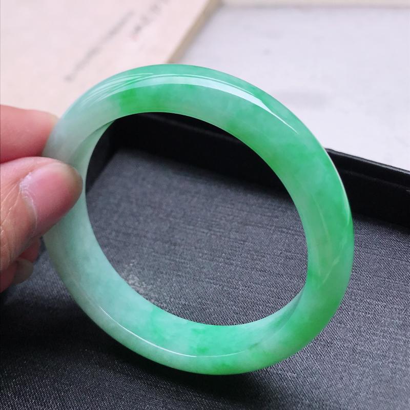 正圈57.8,缅甸天然翡翠好种手镯,尺寸 :57.8*13.8*8.6 ,玉质细腻水润 ,飘阳绿 ,