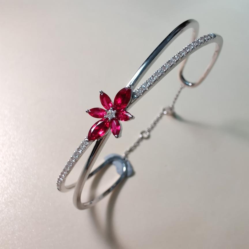 【手镯】18k金+红宝石+钻石  宝石颜色纯正 货重:11.78g  主石:0.87ct/6p