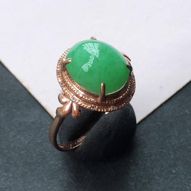 18K金伴钻镶嵌翡翠满绿蛋面戒指,种水好玉质细腻,种老满色,佩戴效果好看。