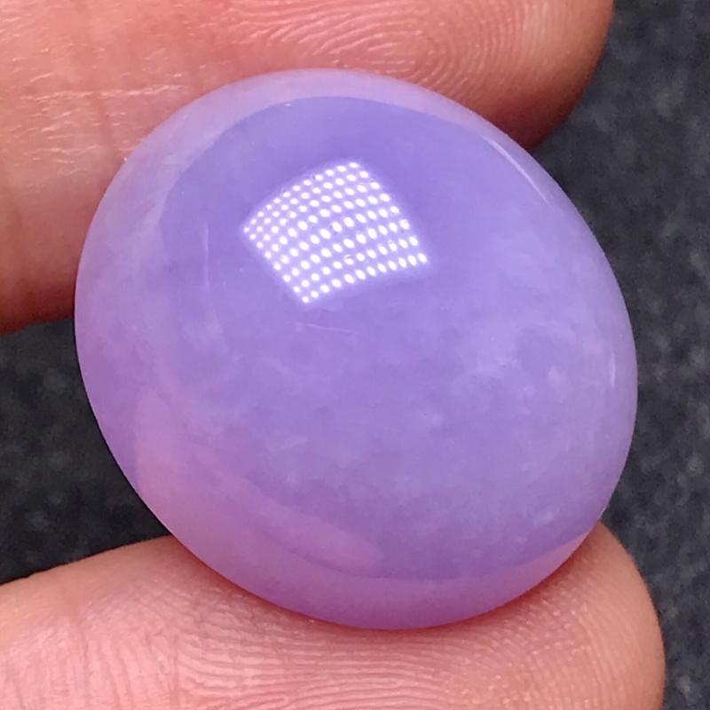 罕见的紫罗兰大蛋面尺寸巨大,可以做吊坠,也可以做个巨型戒指。料子冰润细腻,种老起胶感,质地极佳,
