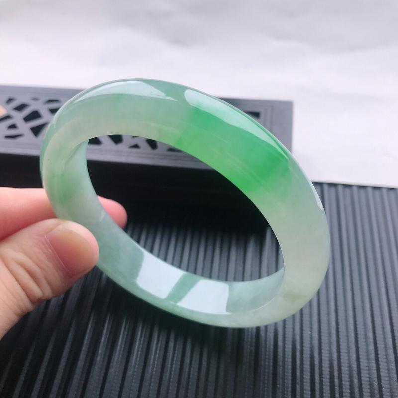 天然翡翠A货糯化种飘阳绿正圈手镯,尺寸56.2×12.2×8mm,玉质细腻,种水好,底色好,上手效果