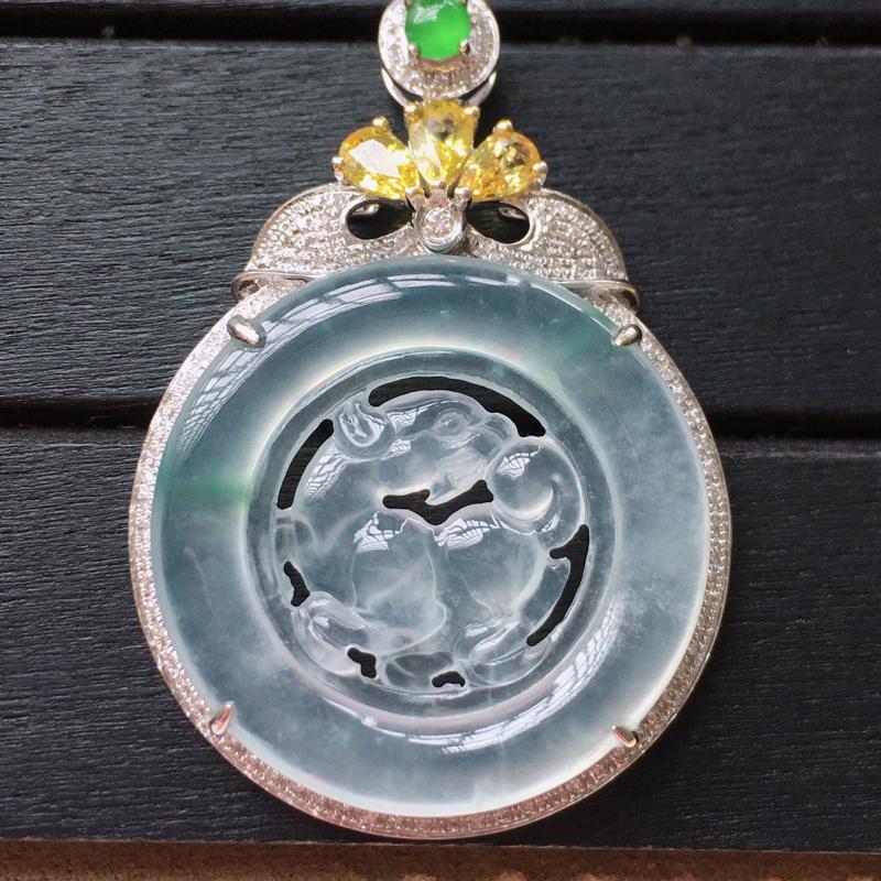 自然光实拍,缅甸a货翡翠,冰种飘花麒麟牌18k金伴钻玉吊坠,种好通透,起荧光,花色漂亮,晶莹剔透,佩