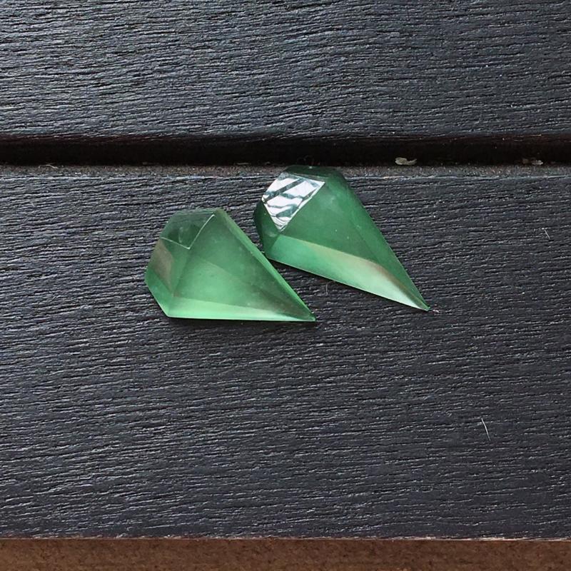 自然光实拍,缅甸a货翡翠,冰种晴绿钻石戒面,种好通透,颜色漂亮,精致迷人,镶嵌效果好10.5*6*3