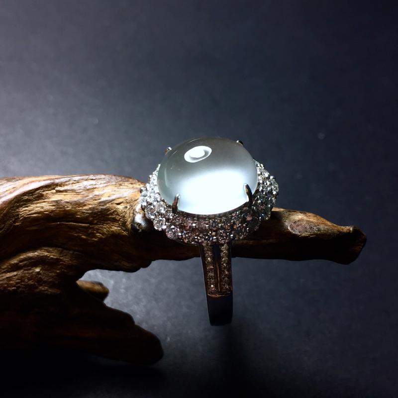 玻璃种镶嵌戒指,种老起刚,底子细腻,形体饱满圆润,整体尺寸:15.8~14~11,