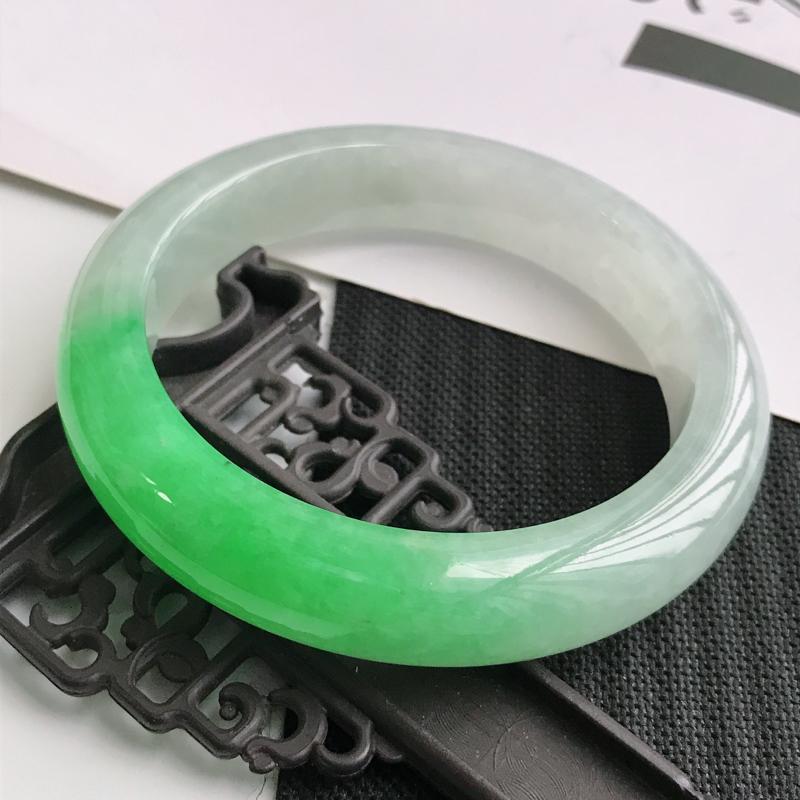 缅甸天然翡翠A货老坑飘阳绿正圈手镯,尺寸58.7*13*9.2mm,料子细腻水润,上手高档贵气优雅
