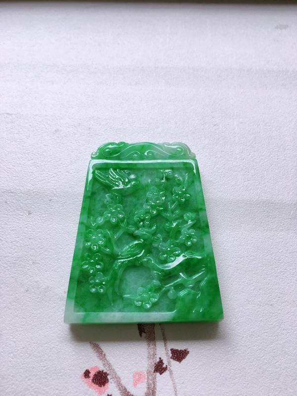 自然光实拍,缅甸a货翡翠,满绿精雕喜上眉梢,种好通透,水润玉质细腻,工艺佳,饱满品相佳,有孔可直接佩