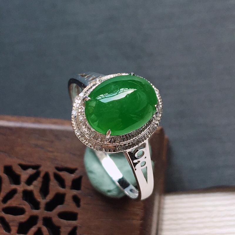 18k金镶嵌伴钻糯化种满绿蛋形戒指, 料子细腻,雕工精美,颜色漂亮,  含金尺寸:11.5×9.5×