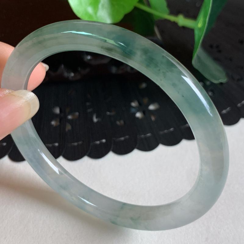 缅甸a货翡翠,冰飘花正圈圆镯54mm 玉质细腻,冰飘花,条形小巧美观,冰感十足,佩戴效果更好
