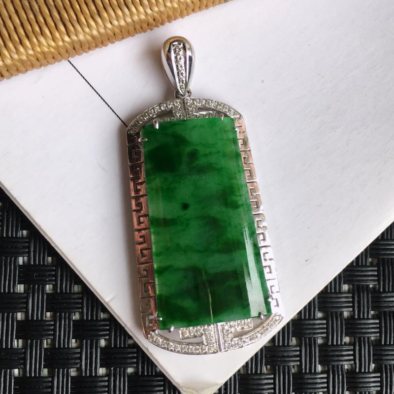 天然翡翠A货细糯种18k金镶嵌满绿素面牌吊坠,整体尺寸:46.5/20.5/6.0mm,玉质细腻,颜