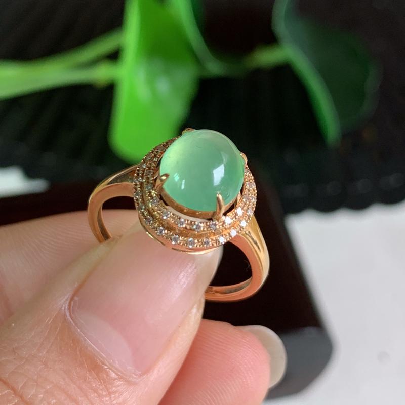 天然翡翠A货-淡绿18K金镶嵌蛋面戒指_种好,玉质细腻,水头饱满,色彩迷人,有种有色,形体漂亮,水润