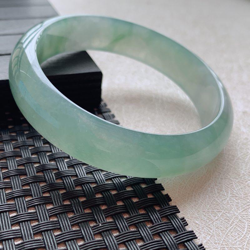 【57.2小圈口】自然光实拍,翡翠A货水润翠绿玉平安镯。尺寸:57.2*14.1*7.1mm,重
