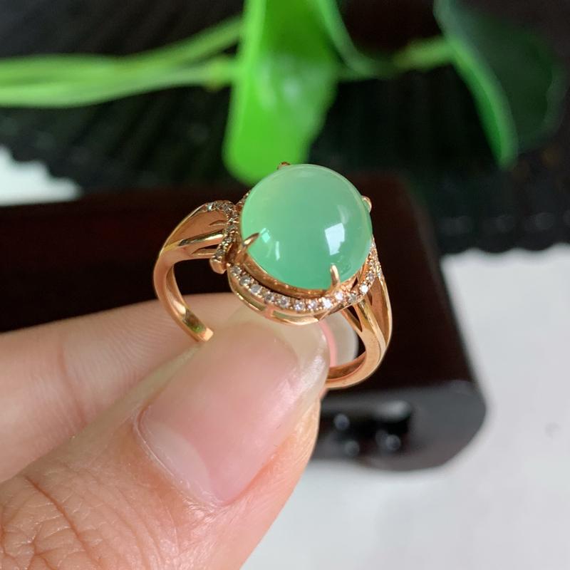 天然翡翠A货-淡绿18K金镶嵌蛋面戒指_种好,玉质细腻,水头饱满,色彩鲜艳,有种有色,水润精致,上手