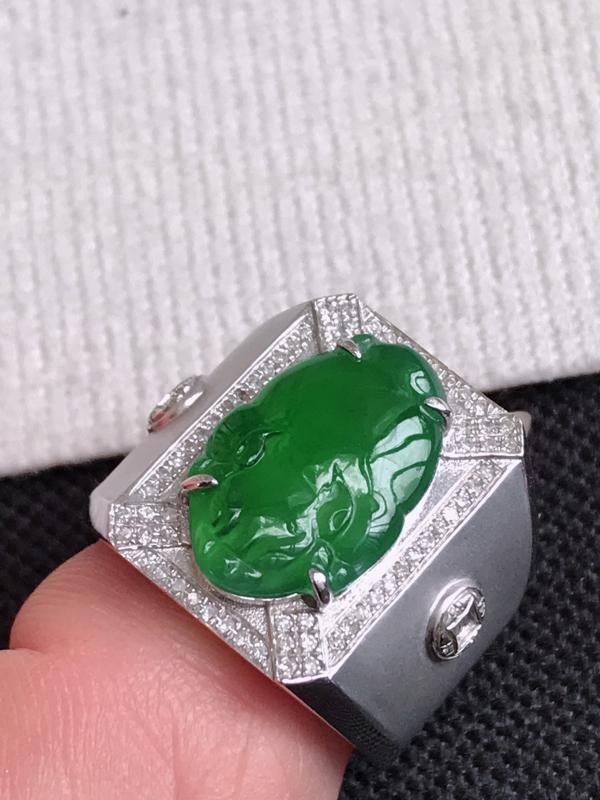 镶嵌18K金伴钻,缅甸天然老坑翡翠A货满绿招财貔貅戒指,裸石尺寸16.7*11*3.3,料子细腻,指