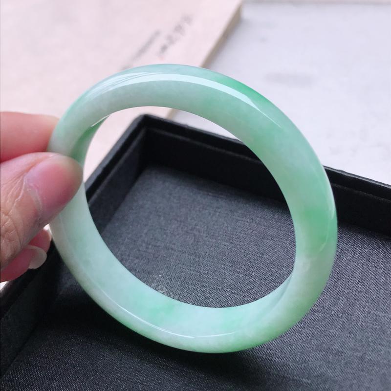 正圈62.6,缅甸天然翡翠好种手镯,尺寸 : 62.6*14.5*8.4,玉质细腻水润 ,飘绿 ,条