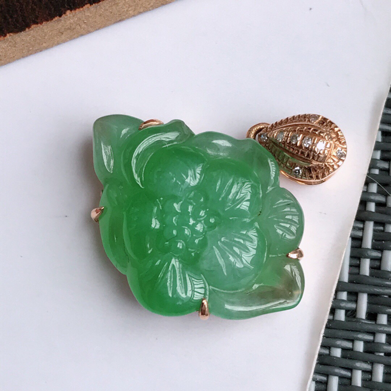 满绿18k金伴钻花开富贵吊坠天然翡翠A货,包金尺寸:长19.3/厚5.2mm裸石尺寸:18.4/13