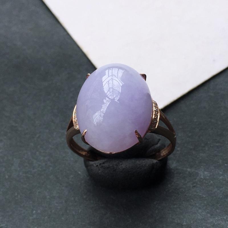 18K金伴钻镶嵌翡翠紫罗兰蛋面戒指,种好玉质细腻,饱满水润,颜色漂亮,上手效果好看。