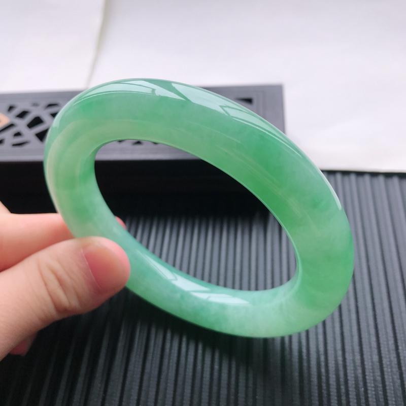 天然翡翠A货细糯种满绿圆条手镯,尺寸55.9×12.3mm,玉质细腻,种水好,底色好,上手效果漂亮#