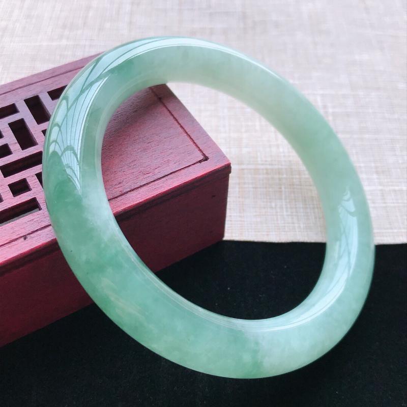 圆条:57。天然翡翠A货。老坑糯化种飘绿圆条手镯。玉质细腻,佩戴清秀优雅。尺寸:57*11mm