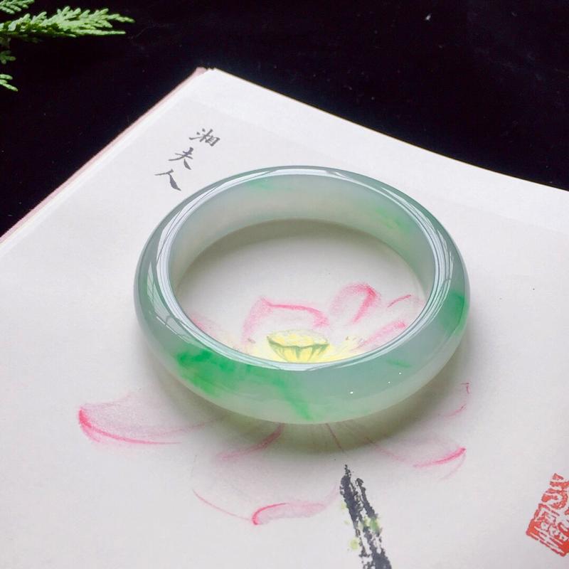正圈55.4mm,糯化种阳绿手镯,水润质地,青翠欲滴