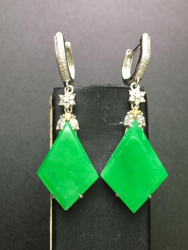 阳绿无事牌耳坠,18k金伴钻镶嵌,完美,种水一流,性价比高。整体:40.1*13.6*6.2