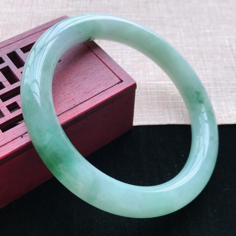 圆条:59。天然翡翠A货。老坑糯化种飘绿圆条手镯。玉质细腻,佩戴清秀优雅。尺寸:59*10mm