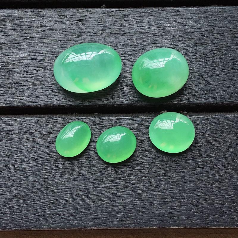 自然光实拍,缅甸a货翡翠,绿蛋面5个,种好水润,玉质细腻,花色漂亮,镶嵌佳品12*8.5*7mm,7