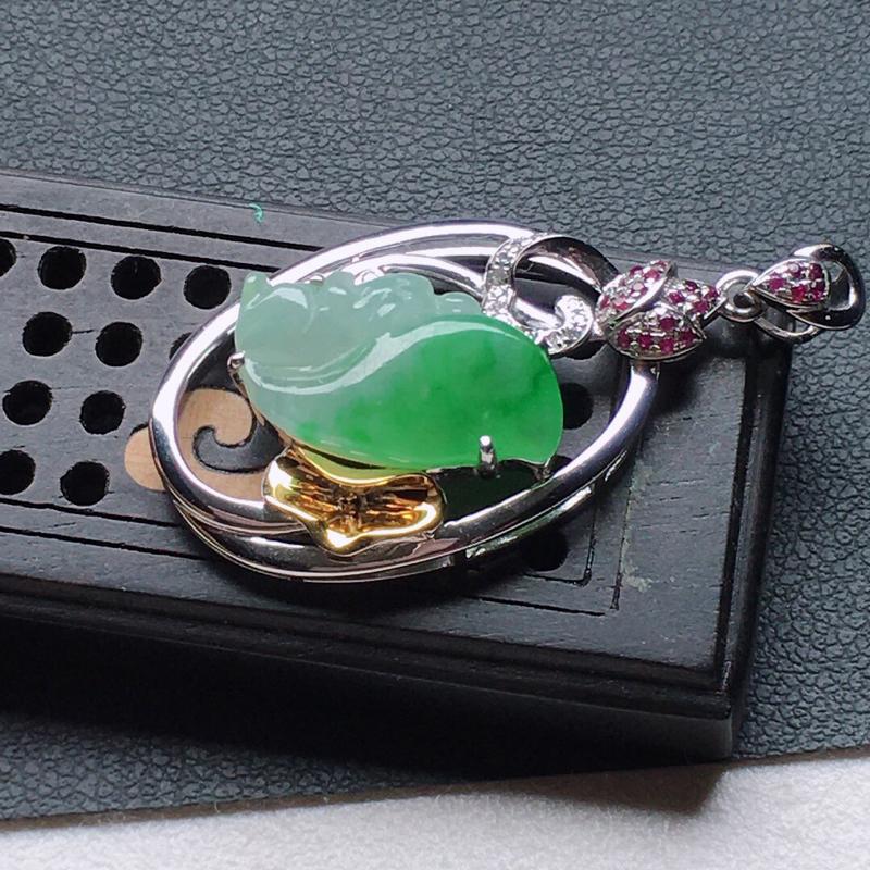 缅甸翡翠18k金伴钻镶嵌带绿可爱松鼠吊坠,自然光实拍,颜色漂亮,玉质莹润,佩戴佳品,包金尺寸:35.