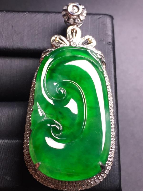 满绿如意吊坠,18k真金真钻镶嵌,完美,种水超好,玉质细腻。整体尺寸:48.4*21.4*10.4