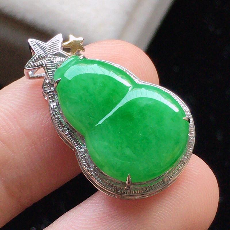 缅甸翡翠18K金伴钻镶嵌满绿葫芦吊坠,颜色好,玉质细腻,雕工精美,佩戴送礼佳品,包金尺寸: 24.6
