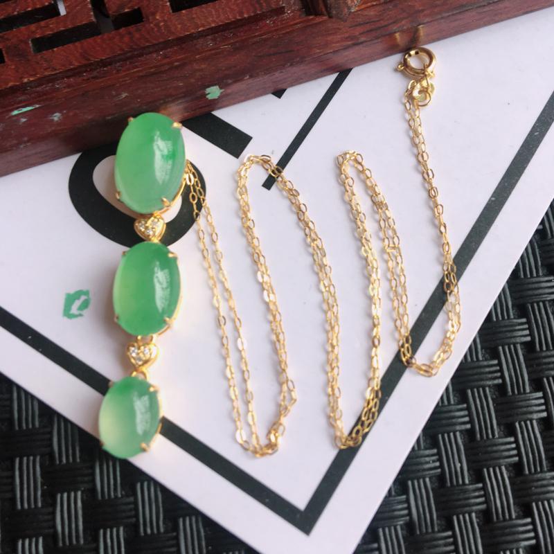 天然翡翠A货细糯种18k金镶嵌满绿吊坠,整体尺寸:36.3/7.6/7.5mm,玉质细腻,颜色鲜艳,