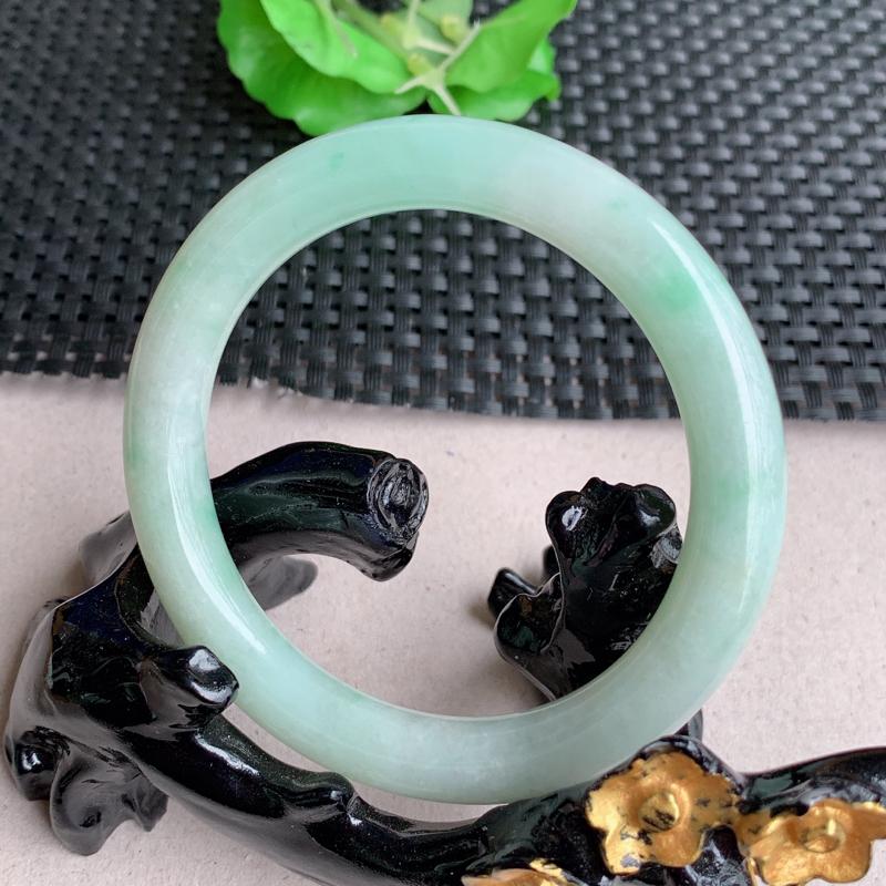 尺寸:56.2/9.4mm,重量:48.34克,天然A货翡翠带绿圆条手镯、质地均匀细腻,花色灵动,丝
