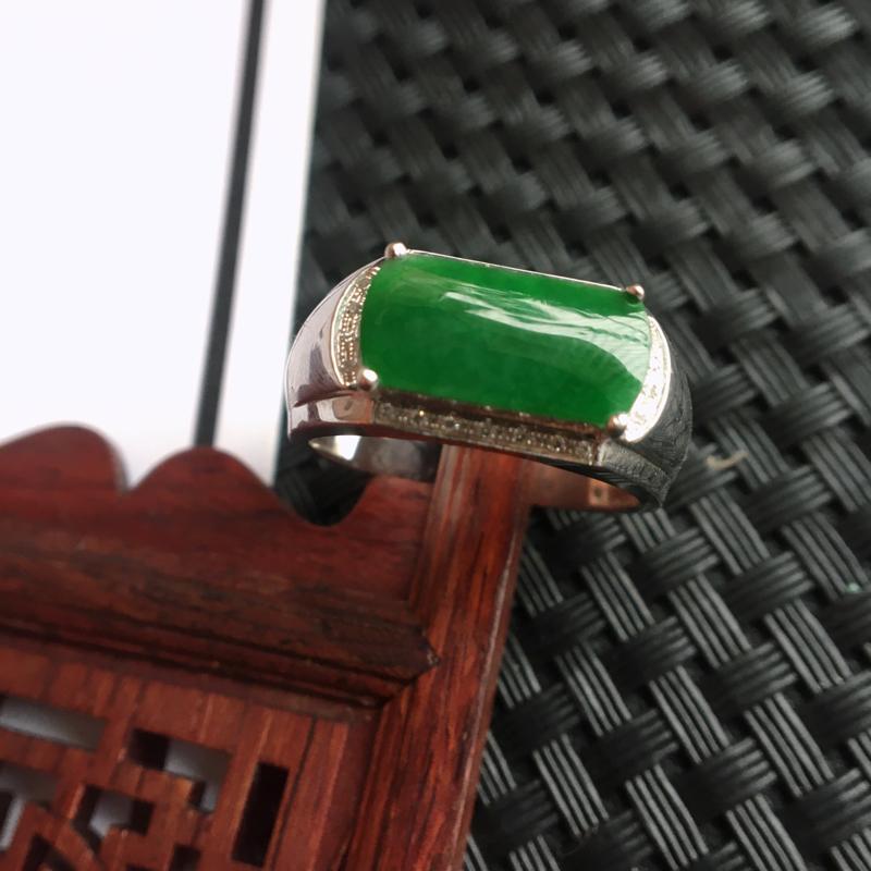 天然翡翠A货细糯种18k金镶嵌满绿马鞍戒指,整体尺寸:19.6/9.1/5.4mm,玉质细腻,颜色鲜