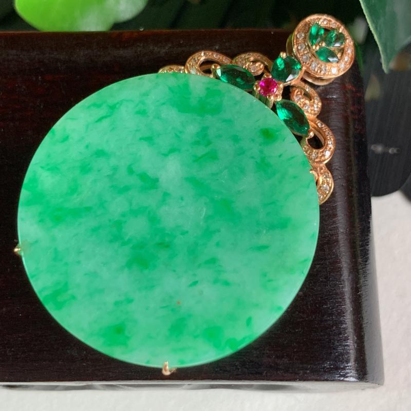 天然翡翠A货-满绿18K金镶嵌素面无事牌_种好,玉质细腻,水头饱满,色彩迷人,形体漂亮,水润精致,上