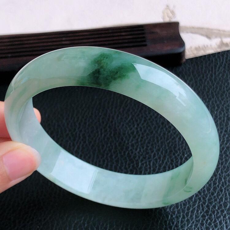 圈口61mm  天然缅甸老坑A货飘绿翡翠宽边手镯,料子细腻柔洁,尺寸61×14.1×8mm ,重量6