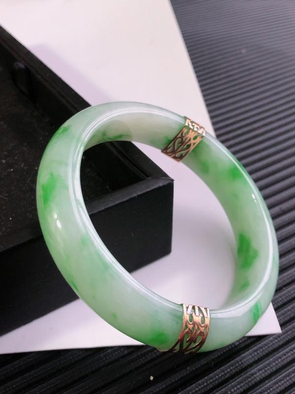 缅甸天然翡翠A货老坑镶嵌18K金飘绿花正圈手镯,尺寸59.4*14.1*8.2mm