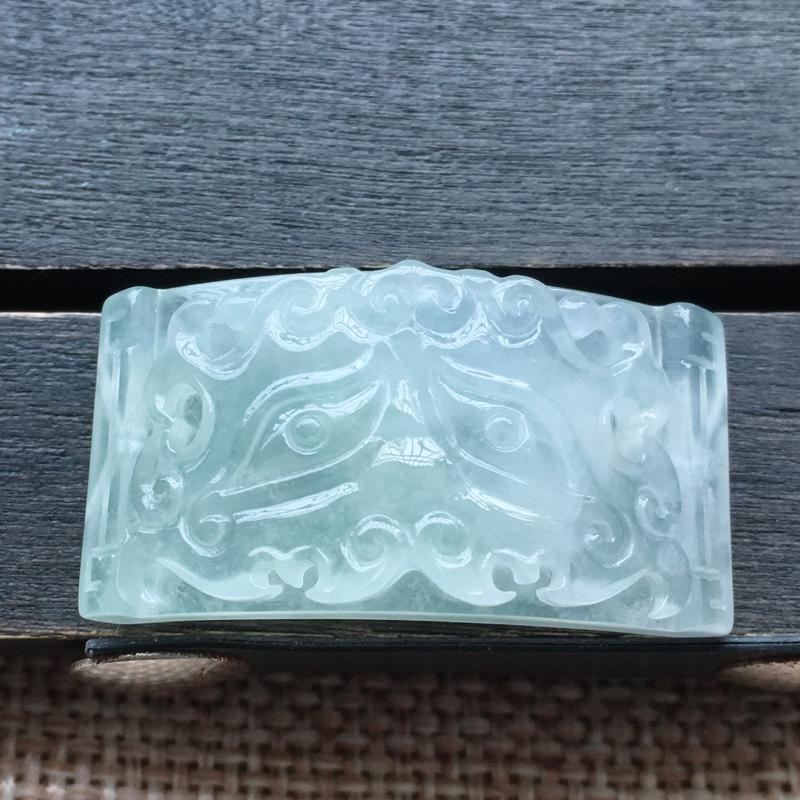 自然光实拍,缅甸a货翡翠,冰种手牌,种好通透,水润玉质细腻,工艺佳,饱满品相佳,两边都有孔,可直接佩