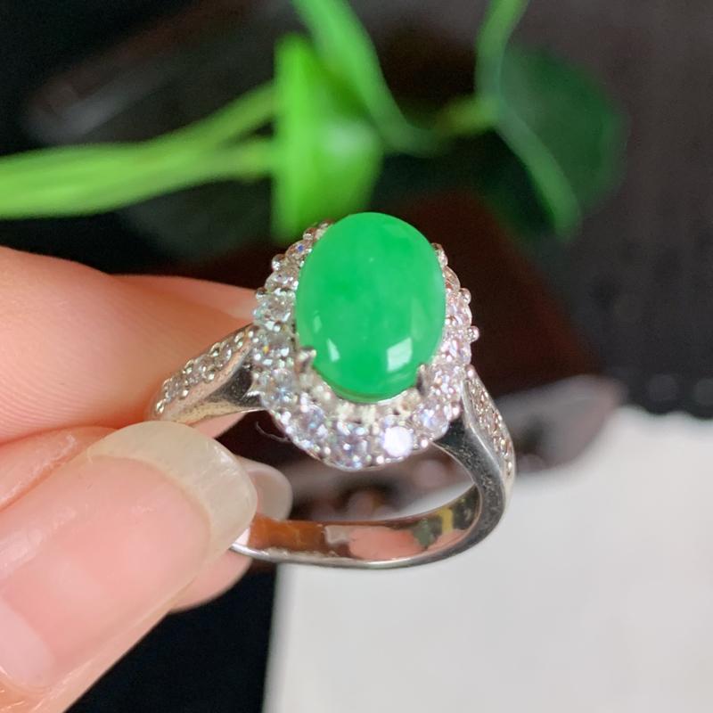 天然翡翠A货-阳绿托铜蛋面戒指,种好,玉质细腻,水头饱满,色彩鲜艳,形体漂亮,水润精致,上手效果极佳