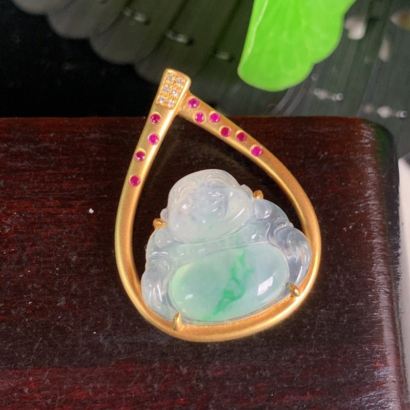 天然翡翠A货-阳绿18K金镶嵌佛公笑佛吊坠,种好,玉质细腻,水头饱满,色彩鲜艳,雕工精细,水润精致,