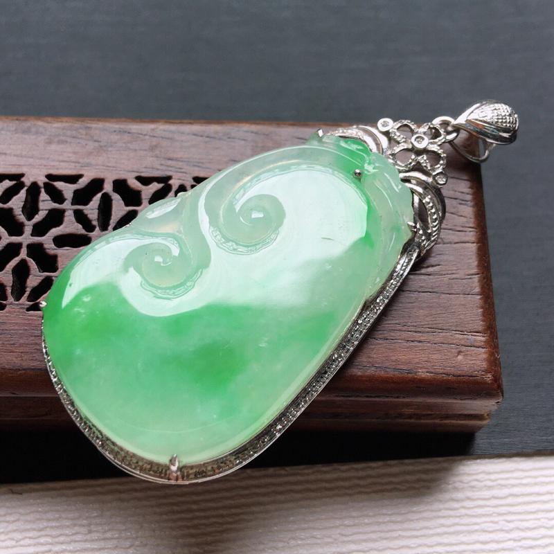 糯化种18K金伴钻绿色招财如意吊坠。缅甸天然翡翠A货自然光实拍。品相好,料子细腻,雕工精美。尺寸:5