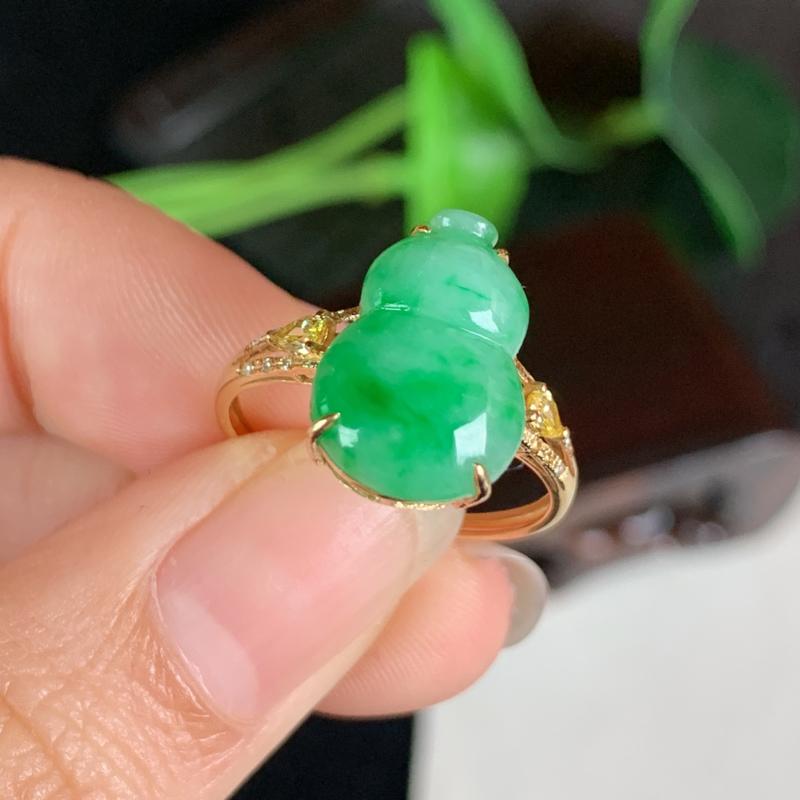 天然翡翠A货-飘绿18K金镶嵌葫芦戒指,种好,玉质细腻,色彩迷人,形体漂亮,水润精致,上手效果极佳,