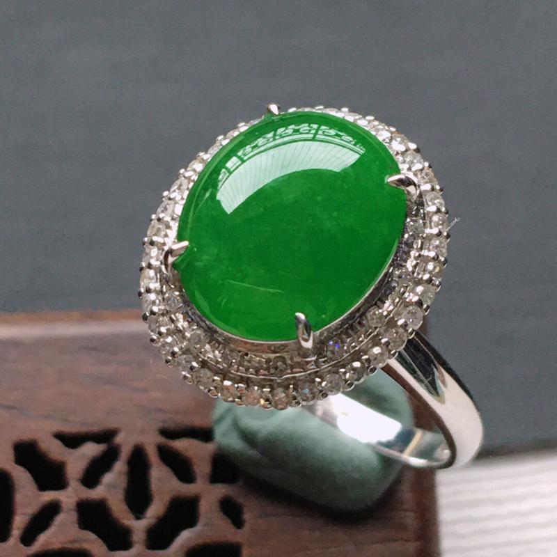 冰糯种18K金围钻满绿色戒指。缅甸天然翡翠A货自然光实拍。品相好,料子细腻,雕工精美。内径:18.3