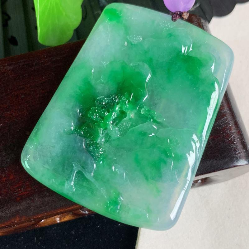 缅甸a货翡翠,阳绿山水牌挂件,玉质细腻,颜色艳丽, 有种有色,寓意佳,佩戴效果更好,顶珠为装饰