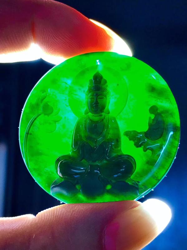 墨翠【观音菩萨】完美无裂纹,细腻干净,黑度好,性价比高,雕工精湛,打灯透绿 !