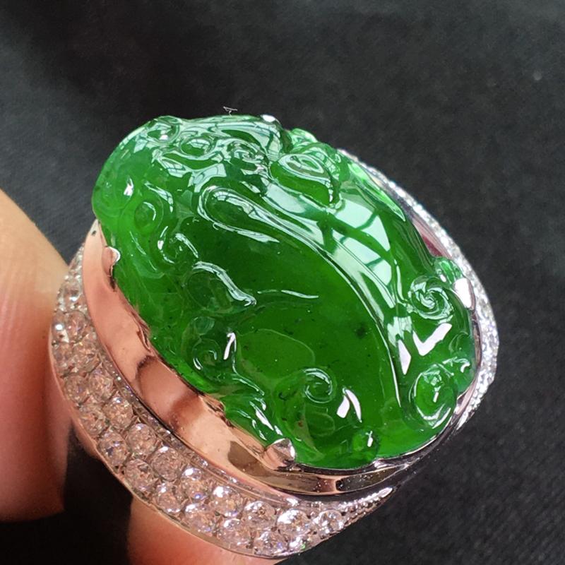 天然翡翠A货,18K金伴钻镶嵌,满绿男款貔貅戒指,料子细腻,冰透水润,色泽鲜艳,豪华镶嵌,性价比高,